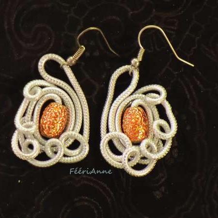Boucles d'oreille en fil aluminium argent et perle métallisée orange