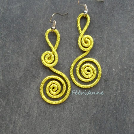 Boucles d'oreille en fil aluminium jaune