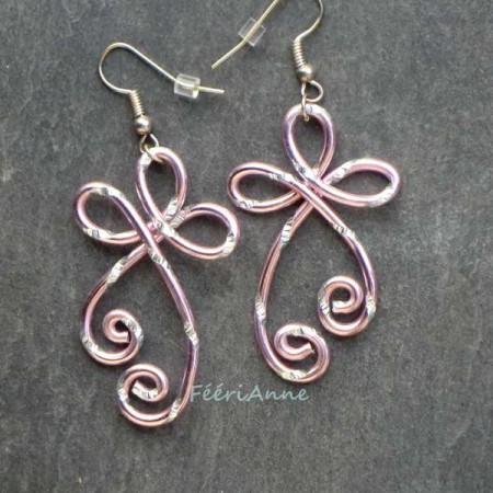 Boucles d'oreille fantaisie en fil aluminium rose