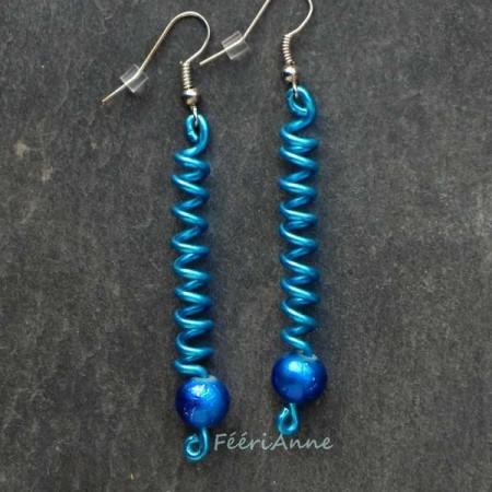 Boucle d'oreille fantaisie en fil aluminium: spirale bleue et perle