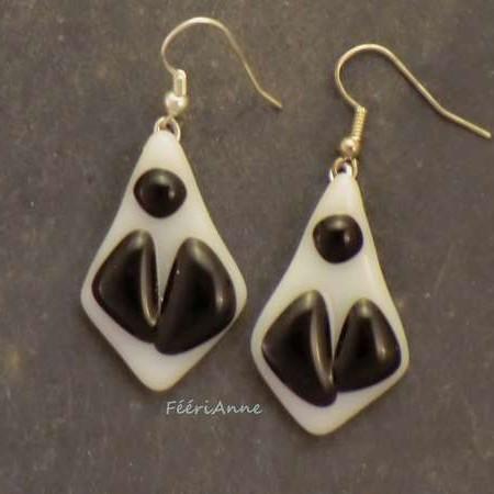 Boucles d'oreille fantaisie blanches et noires en verre
