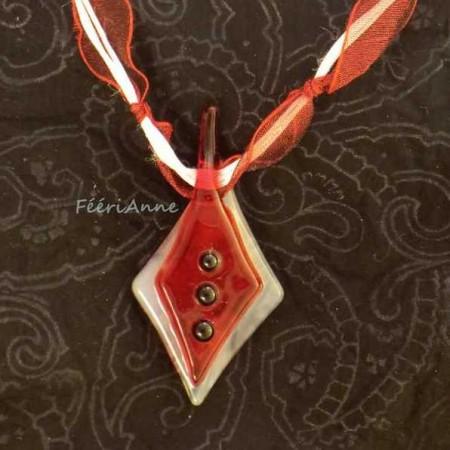 Pendentif fantaisie artisanal en verre rouge et blanc