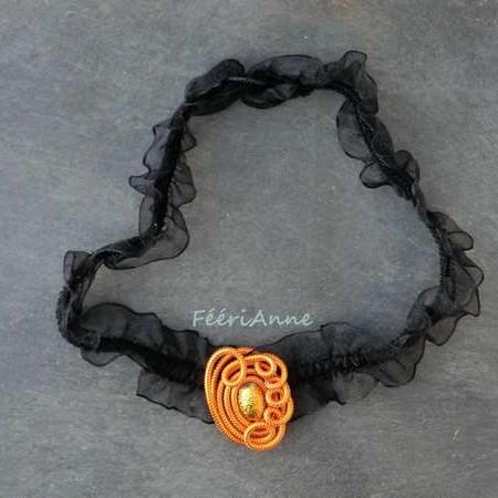 Collier fantaisie rétro et romantique en organza noir et médaillon de fil alu safran orné d'une perle dorée