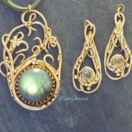 Parure pendentif et boucles d'oreille fantaisie en labradorites serties de bronze