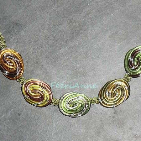Collier fantaisie composé de cinq cabochons de fil alu à dominante verte montés sur passementerie verte