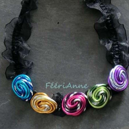 Collier fantaisie en organza noir agrémenté de cinq cabochons multicolores( turquoise, or, rose, lilas et vert)en fil aluminium