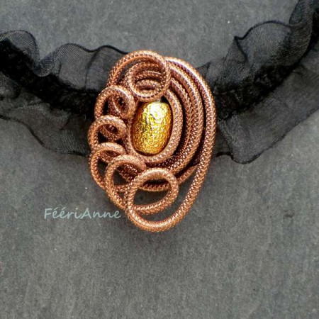 Collier fantaisie rétro en organza et médaillon en fil aluminium marron et perle dorée