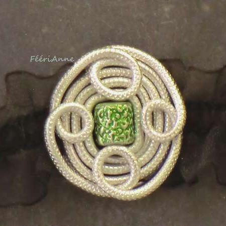 Ras de cou celtique en fil alu argent et perle cylindrique verte métalisée, monté sur élastique organza noir
