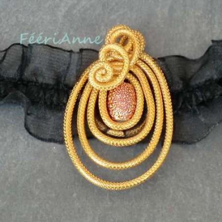Médaillon romantique fantaisie en fil alu doré et perle métallisée orange, monté sur élastique d'organza noir