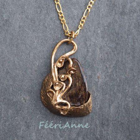 Pendentif fantaisie en pierre naturelle: bronzite sertie 'un bouquet de petites fleurs de bronze modelées à la main pour cette jolie pierre brune pailletée