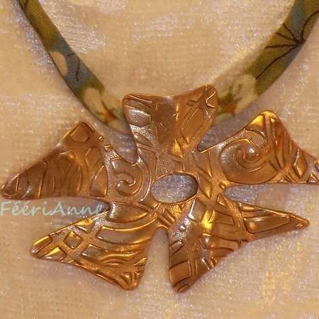 Pendentif fantaisie fleur de bronze sur lacet liberty