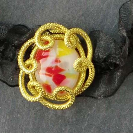 Ras de cou fantaisie cabochon fusing multicolore serti de fil alu jaune monté sur organza noir