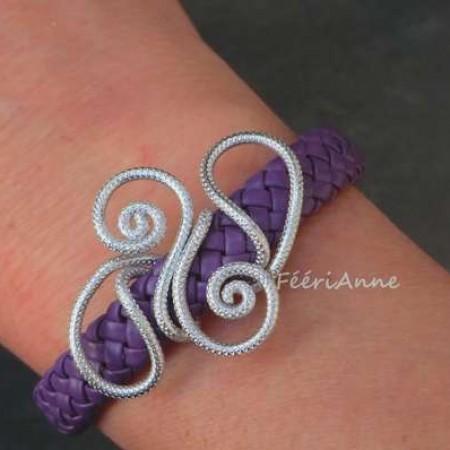 Bracelet fantaisie en tresse de cuir mauveet volutes fil aluminium strié argent