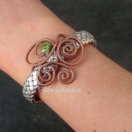 Bracelet fantaisie en tresse de cuir argent et volutes fil aluminium strié marron agrémenté d'une perle verte métallisée