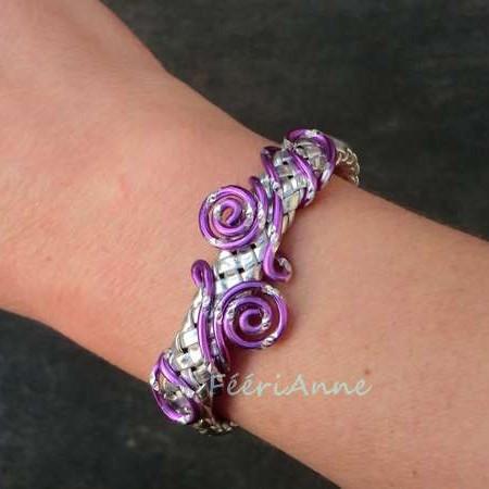 Bracelet fantaisie en tresse de cuir argent et volutes fil aluminium ciselé lilas