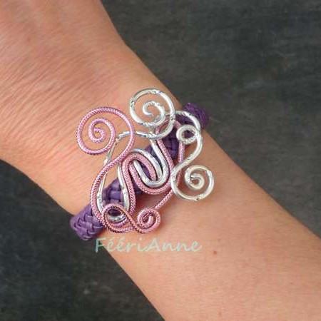 Bracelet fantaisie en tresse de cuir mauve et volutes fil aluminium strié rose et ciselé argent