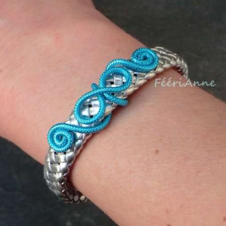 Bracelet fantaisie en tresse de cuir argent et volutes fil aluminium strié turquoise