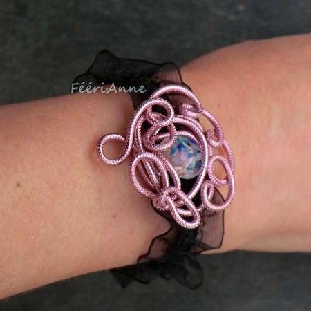 Bracelet romantique fantaisie en fusing et fil aluminium rose monté sur un ruban d'organza noir élastique
