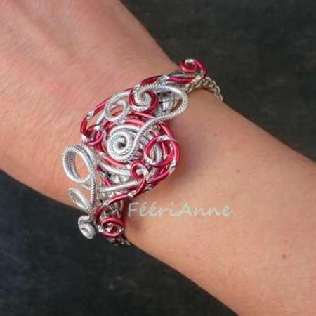 Bracelet fantaisie en tresse de cuir argent et volutes fil aluminium ciselé argent et rouge associées à un fil alu strié argent
