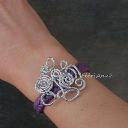 Bracelet fantaisie en tresse de cuir mauve et volutes fil aluminium ciselé argent