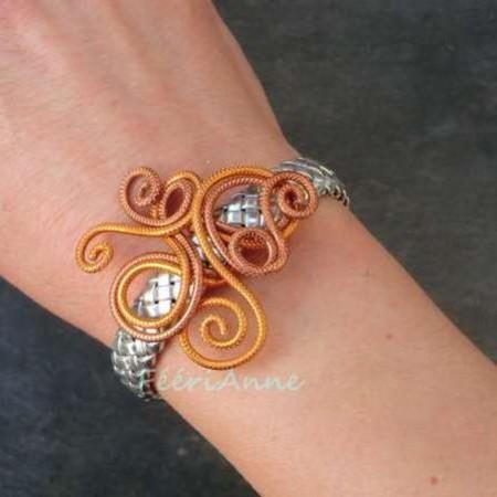 Bracelet fantaisie en tresse de cuir argent et volutes fil aluminium strié safran et marron