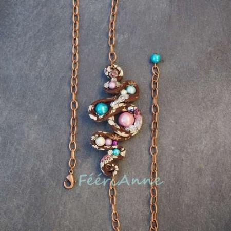 Bijou de cheveux en liberty marron à fleurs blanches habillé de perles magiques rose, turquoises, mauves et violettes monté sur une chaine couleur cuivre