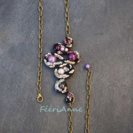 Bijou de cheveux habillé de liberty noir et blanc et de perles magiques roses violettes et blanche