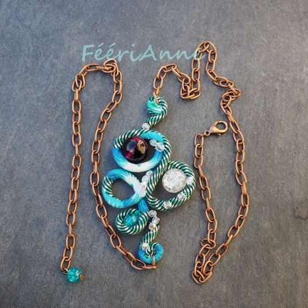 Joli head band turquoise, vert et blanc muni de perles de verre craquelé turquoise, cristal et violet, de perles de verre facettées cristal et monté sur une chaine couleur cuivre