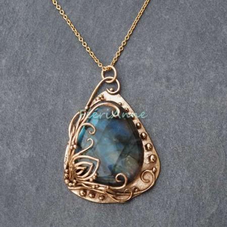 Labradorite aux reflets allant du bleu au doré sertie de bronze couleur or et monté sur une chaine fine assortie au bronze