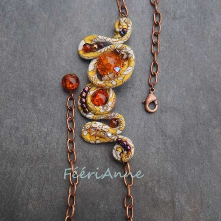 Bijou de cheveux unique fait main, habillé de liberty jaune et blanc et perlé dans les tons de orange et mordoré, monté sur une chaîne cuivre