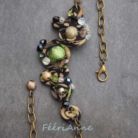 Headband fantaisie artisanal recouvert de liberty noir, beige et vert, orné de perles satinées et de perles de verre à facettes, monté sur une chaîne bronze