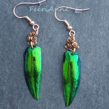 Boucles d'oreilles artisanales uniques formées d'un bouquet de trois roses de bronze doré et d'une aile de scarabée vert métallisé