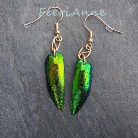 Boucle d'oreille fantaisie, motif yin-yang en bronze soutenant une élytre de scarabée vert métallisé