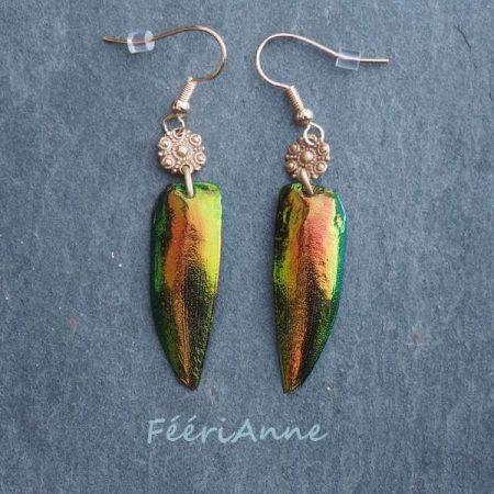 Boucles d'oreille fantaisie artisanales: ailes de scarabée vert mordoré agrémentées d'un élément de bronze doré