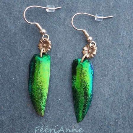 Boucles d'oreilles fantaisie artisanales en élytre de scarabée vert métallisé ornées d'une petite fleur de bronze doré