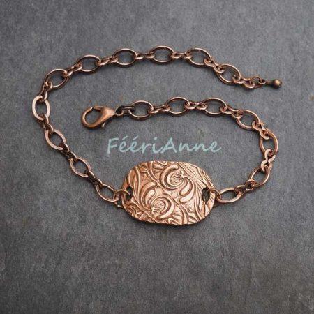 Bracelet fantaisie façon gourmette décoré d'une jolie plaque de cuivre texturée, montée sur une chaîne couleur cuivre