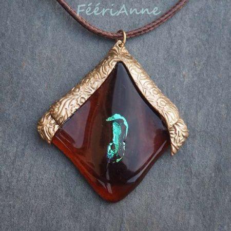 Création artisanale unique en verre de Murano roux et marron agrementé de reflets turquoise au centre et surmonté de deux écailles de bronze doré texturé