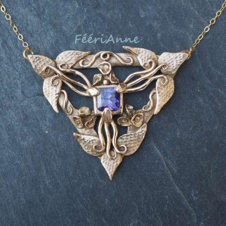Pendentif fantaisie artisanal unique triangulaire en bronze doré de style Art Nouveau orné d'un cubic zirconia violet et monté sur un fine chaîne gold-filled