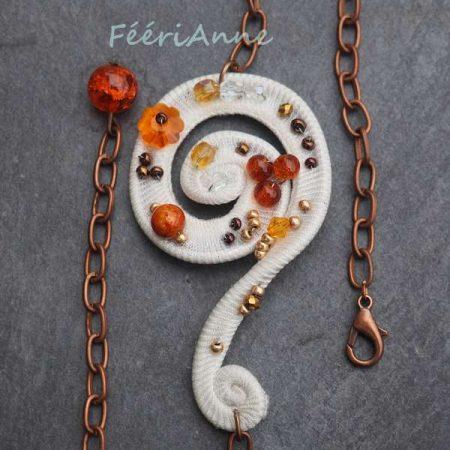 Délicat bijou de cheveux artisanal unique ivoire perlé dans les tons chauds orange, monté sur chaîne cuivre